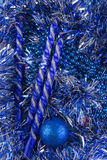 La tarjeta del Año Nuevo con las bolas azules, los copos de nieve blancos hace espuma, moreno anaranjado Imágenes de archivo libres de regalías