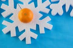 La tarjeta del Año Nuevo con las bolas azules, los copos de nieve blancos hace espuma, moreno anaranjado Imagen de archivo libre de regalías