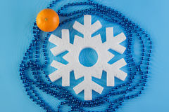 La tarjeta del Año Nuevo con las bolas azules, los copos de nieve blancos hace espuma, moreno anaranjado Fotos de archivo