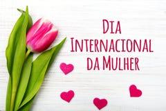 La tarjeta del día del ` s de las mujeres con el portugués redacta ` del mulher de DA del internacional del diámetro del ` Foto de archivo