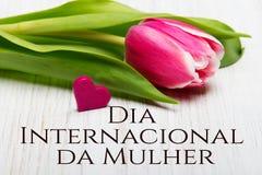 La tarjeta del día del ` s de las mujeres con el portugués redacta el ` de DÃa Internacional DA Mulher del ` Fotos de archivo libres de regalías