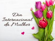 La tarjeta del día del ` s de las mujeres con el portugués redacta el ` de DÃa Internacional DA Mulher del ` Imagenes de archivo