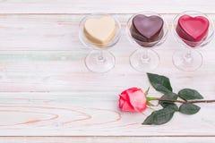 La tarjeta del d?a de San Valent?n ama la taza del chocolate del regalo del coraz?n subi? madera fotos de archivo