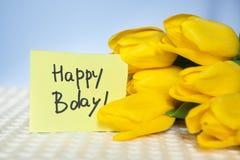 La tarjeta del feliz cumpleaños con palabras y tulipanes florece Fotografía de archivo libre de regalías