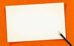 La tarjeta en blanco blanca del vintage con el lápiz en el papel del arte, imita para arriba para Foto de archivo libre de regalías