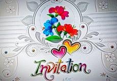 La tarjeta hermosa de la invitación con las flores rojas y azules diseña Imagenes de archivo
