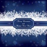 La tarjeta para las vacaciones de invierno con el abeto nevoso ramifica en azul oscuro Fotografía de archivo libre de regalías