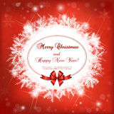 La tarjeta para las vacaciones de invierno con el abeto nevoso ramifica en rojo detrás Imagen de archivo libre de regalías