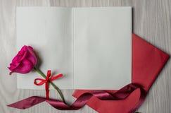 La tarjeta y se levantó Foto de archivo libre de regalías