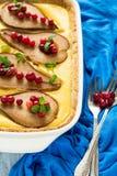 La tarta con las peras asadas sobre la crema del rikotta adornó los arándanos y las hojas de menta Foto de archivo libre de regalías