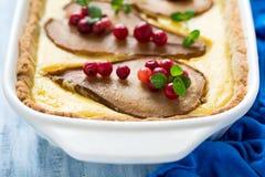 La tarta con las peras asadas sobre la crema del rikotta adornó los arándanos y las hojas de menta Imagen de archivo