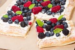 La tarta de la baya cortó en cuadrados Imagenes de archivo
