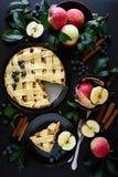 La tarte aux pommes américaine de tradition avec les pommes, la myrtille et la cannelle a décoré des feuilles de pomme photos stock