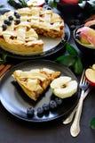 La tarte aux pommes américaine de tradition avec les pommes, la myrtille et la cannelle a décoré des feuilles de pomme photo stock