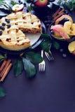 La tarte aux pommes américaine de tradition avec les pommes, la myrtille et la cannelle a décoré des feuilles de pomme sur le fon photo stock