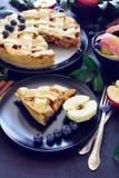 La tarte aux pommes américaine de tradition avec les pommes, la myrtille et la cannelle a décoré des feuilles de pomme sur le fon images stock