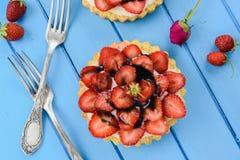 La tarte de fraise avec le sirop de mascarpone et de réglisse a servi avec v Photo libre de droits
