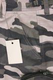 La tasca marrone di camo del tono del primo piano mette con l'etichetta (parte anteriore) Fotografie Stock Libere da Diritti