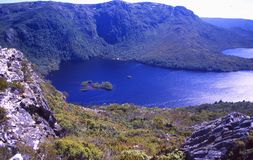La Tasmanie : Le lac crater des montagnes de berceau photo libre de droits