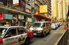 La tassa e l'automobile di Federal Express sulla vista della via di Hong Kong in centrale Fotografie Stock