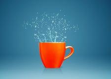La tasse avec de l'eau éclabousse Photo libre de droits