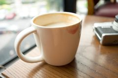La tasse avec du café ont le baiser de rouge à lèvres sur la tasse et ont la rétro came Photos libres de droits