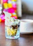 Le dessert de fruit avec coloré arrose et tasse de thé Photographie stock libre de droits