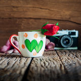 La tasse d'amour de vintage avec s'est levée sur le rétro fond Photos stock