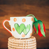La tasse d'amour de vintage avec s'est levée sur le vieux fond en bois Images libres de droits