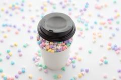 La tasse d'amour, petit coeur en pastel coloré perle dans la tasse de papier et Photo libre de droits