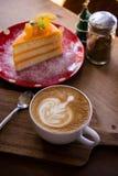 La tasse d'art de latte d'arome de café et le Noël savoureux durcissent sur le tabl en bois Photos stock