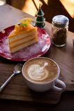 La tasse d'art de latte d'arome de café et le Noël savoureux durcissent sur le tabl en bois Image stock