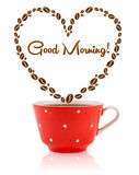 La tasse de café avec des grains de café a formé le coeur avec le signe bonjour Photo stock