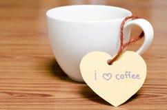 La tasse de café avec l'étiquette de coeur écrivent le mot de café d'amour d'I Photo libre de droits