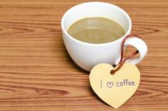 La tasse de café avec l'étiquette de coeur écrivent le mot de café d'amour d'I Image stock