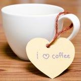 La tasse de café avec l'étiquette de coeur écrivent le mot de café d'amour d'I Photos stock
