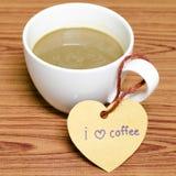 La tasse de café avec l'étiquette de coeur écrivent le mot de café d'amour d'I Images stock