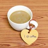 La tasse de café avec l'étiquette de coeur écrivent le mot de café d'amour d'I Photo stock