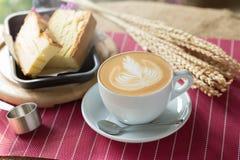 La tasse de café avec le bel art de Latte et le beurre durcissent, Selectiv Photographie stock libre de droits