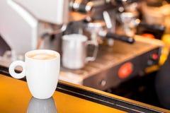 La tasse de café avec prépare l'expresso à l'arrière-plan Photo libre de droits