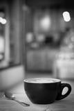 La tasse de café chaude d'art de latte sur la table, le vintage et le rétro style noircissent image libre de droits
