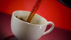 La tasse de café chaude versent banque de vidéos