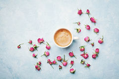 La tasse de café de matin et sèchent les fleurs roses sur la vue supérieure bleue de table de vintage dans le style de configurat Image libre de droits