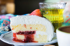 la tasse de café et la fraise délicieuse de gâteau et détendent le moblie o de temps Photos stock