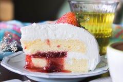 la tasse de café et la fraise délicieuse de gâteau et détendent le moblie o de temps Photo libre de droits