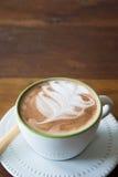 La tasse de café et la fraise délicieuse de gâteau et détendent le temps o Photographie stock