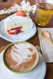 La tasse de café et la fraise délicieuse de gâteau et détendent le temps o mobile Photos libres de droits