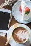 La tasse de café et la fraise délicieuse de gâteau et détendent le temps o mobile Image stock
