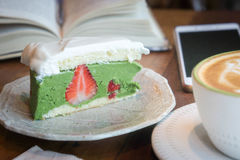 La tasse de café et le gâteau savoureux détendent le livre de temps et le téléphone de mobille sur merci Photo libre de droits
