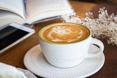 La tasse de café et le gâteau savoureux détendent le livre et le téléphone portable de temps sur merci Image stock